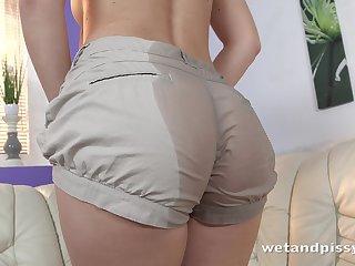 Fetish housewife Jenifer Jane is pissing and masturbating